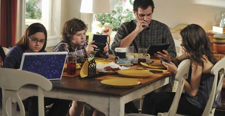 modern-family-technology-dinner